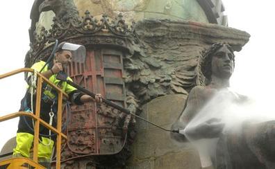 Agua a presión a 90 grados y un decapante para la limpieza del monumento a Colón de Valladolid