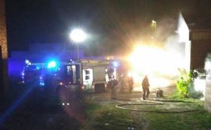 Los Bomberos de Valladolid sofocan el incendio en una nave del barrio de Las Flores