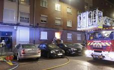 Los bomberos sofocan un incendio en una vivienda del barrio de La Victoria
