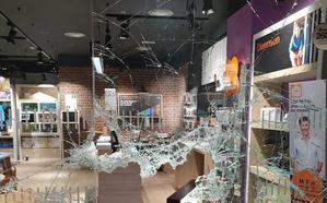 Fuerzan la puerta principal del Luz de Castilla y revientan el cristal de una tienda de móviles para robar