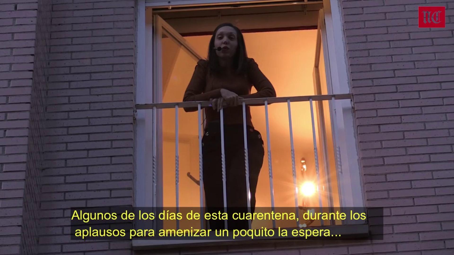 Virginia Fernández canta 'Libre', de Nino Bravo, desde su balcón en la calle Canarias de Valladolid