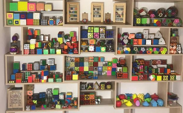 Estantería repleta de cubos de Rubik.