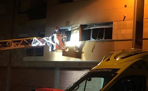 Un bombero, tras acceder a la vivienda.