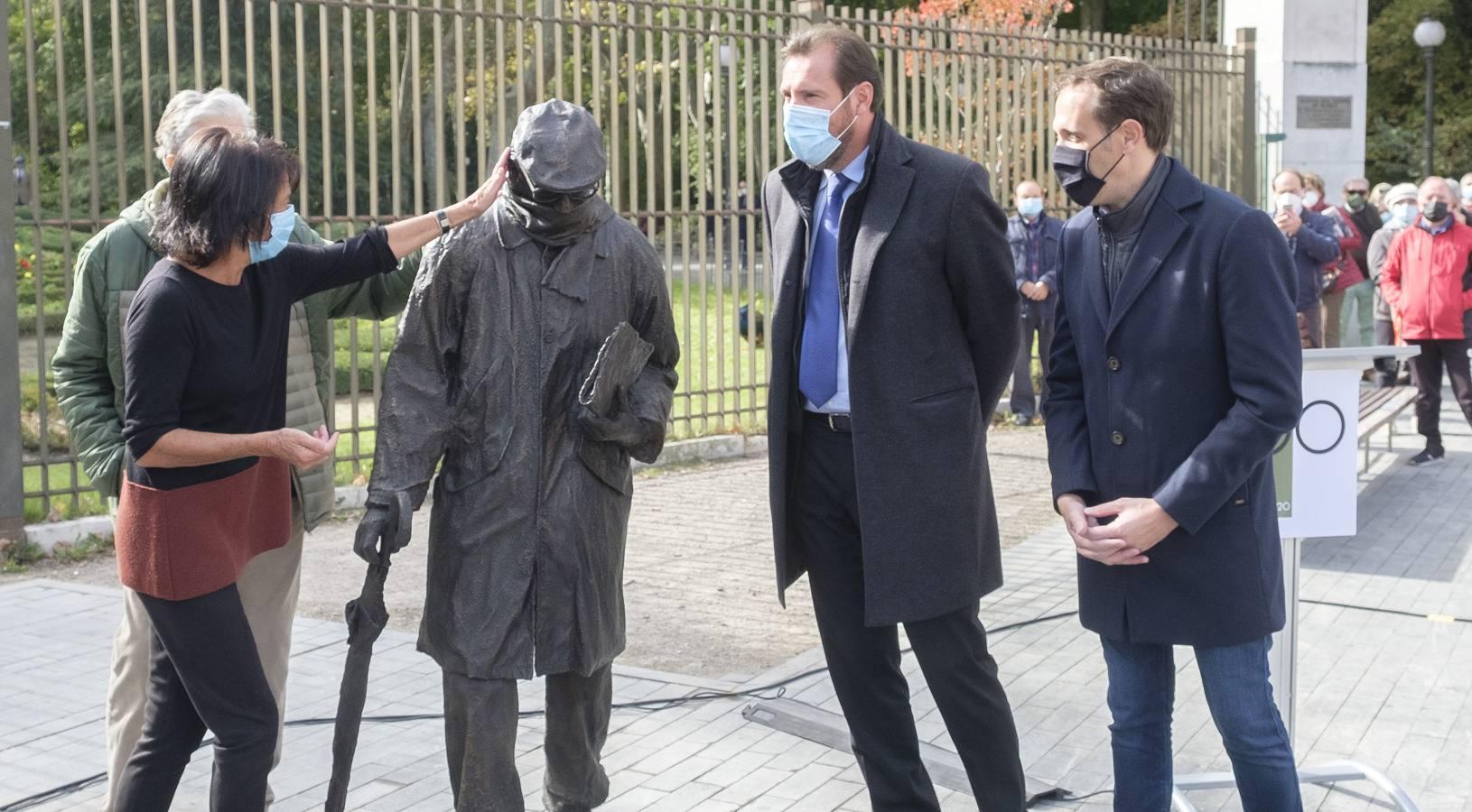 Inauguración de la escultura conmemorativa del centenario del nacimiento de Miguel Delibes en Valladolid