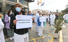Concentración de sanitarios a las puertas del Clínico de Valladolid contra el decreto de la Junta