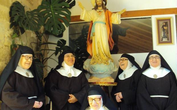 Las cinco religiosas que habitan el monasterio fundado en 1406. /M. G. M.