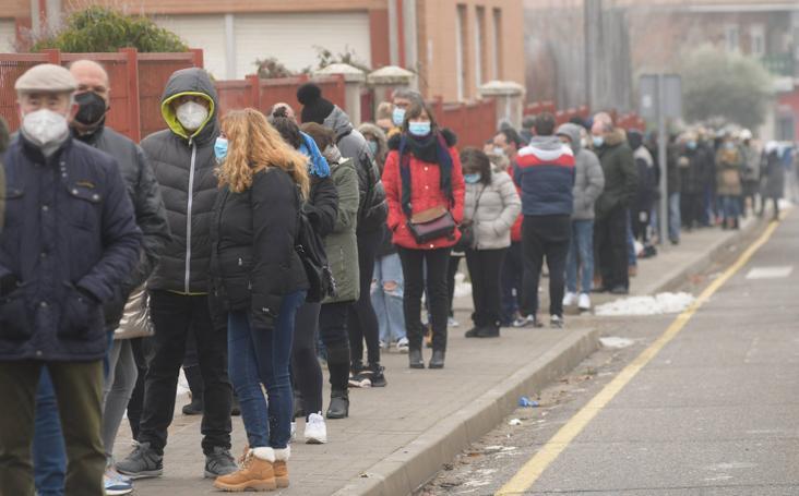 Largas colas en Tordesillas tras el llamamiento a que los ciudadanos se sometan a un cribado masivo