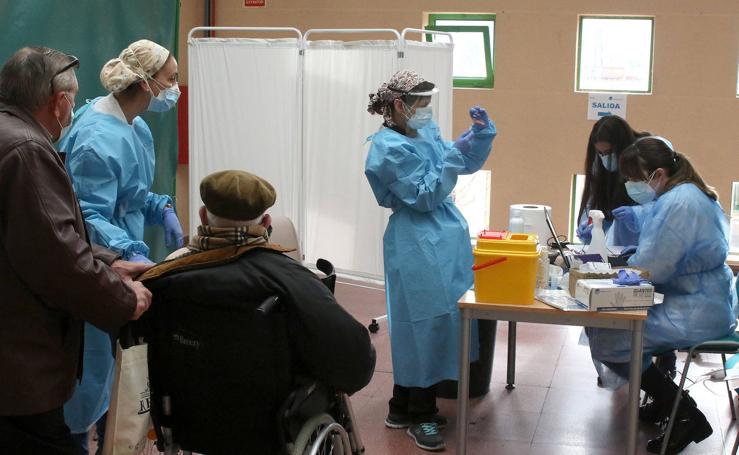 Vacunación a grandes dependientes en el Pedro Delgado