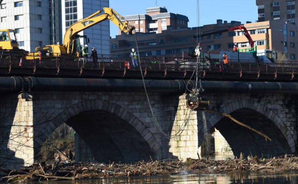 Las máquinas retiran 150 toneladas de troncos y basura del Puente Mayor de  Valladolid | El Norte de Castilla