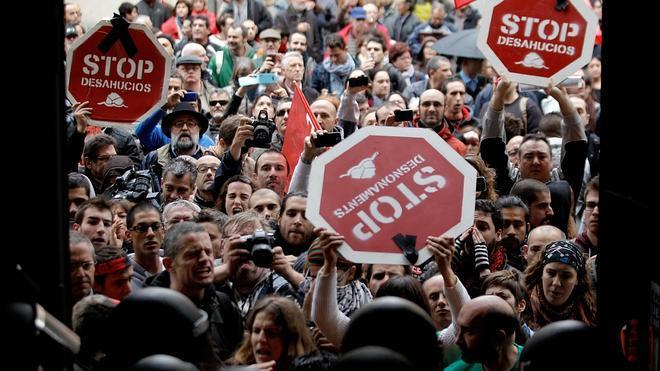 Economía estudiará más medidas contra los desahucios