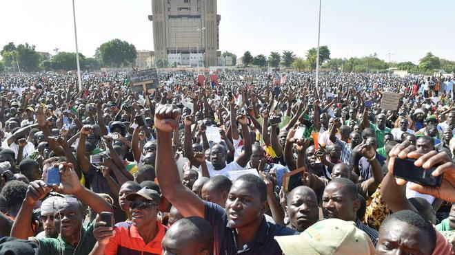 El Ejército se aferra al poder en Burkina Faso pese al clamor por un líder civil