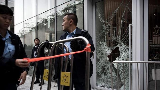 Un grupo de manifestantes irrumpe en el Parlamento de Hong Kong