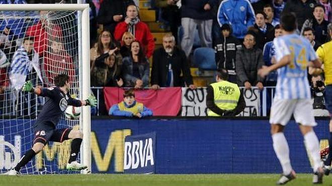 Málaga pasa justamente la eliminatoria con un gran Santa Cruz