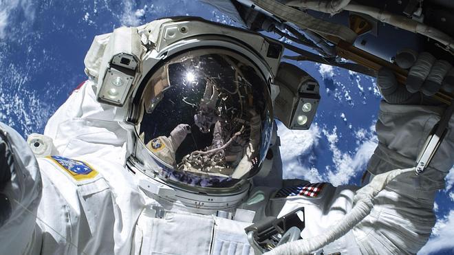 Concluye con éxito la caminata espacial de dos astronautas de la EEI