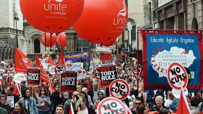 Miles de personas se manifiestan en Londres contra la austeridad