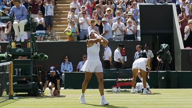 Muguruza pasa a octavos de Wimbledon en un gran partido