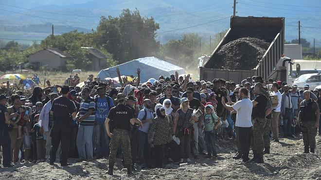 Miles de sirios se acercan a las fronteras de la UE a través de Macedonia y Serbia