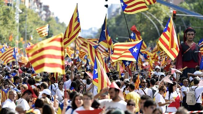 Miles de catalanes toman la calle en la Diada para reclamar la independencia