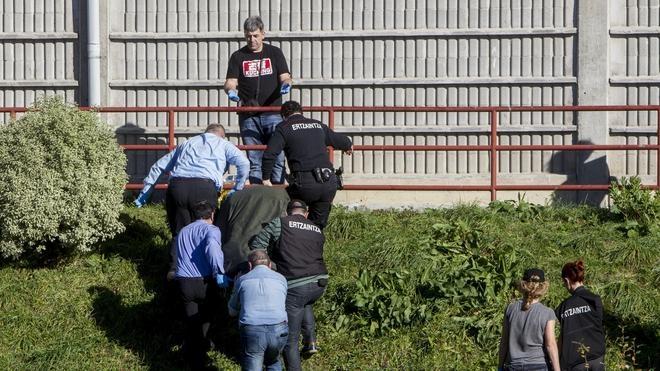 Muere una mujer tras caer de una ventana en Bilbao y hallan a su pareja con un cuchillo clavado