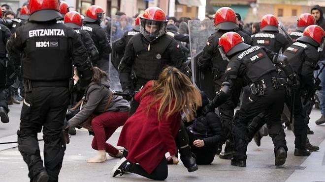 Graves incidentes en Vitoria durante la huelga estudiantil contra la Lomce