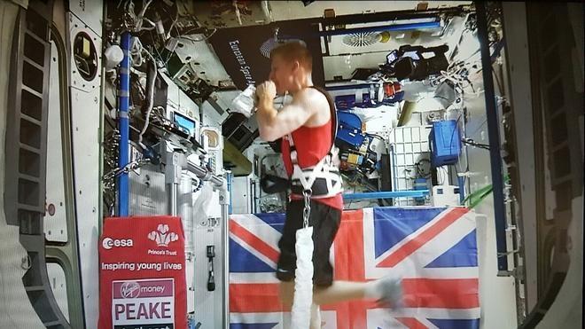 Un atleta espacial en la maratón de Londres