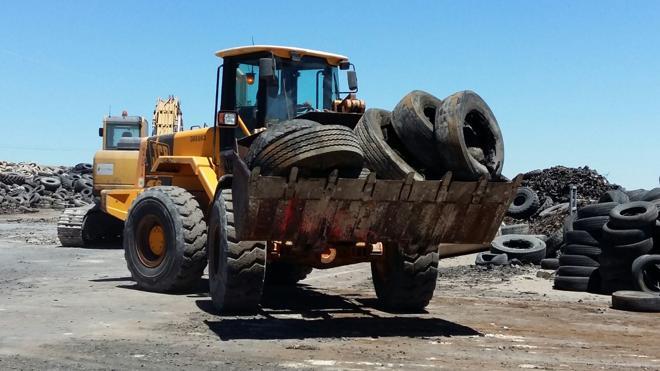 Comienza la retirada de neumáticos del macrovertedero de ruedas de Seseña