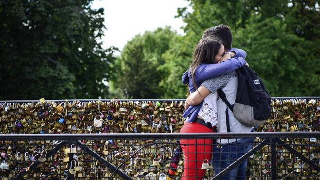 París carga de nuevo contra los 'candados del amor' en sus puentes