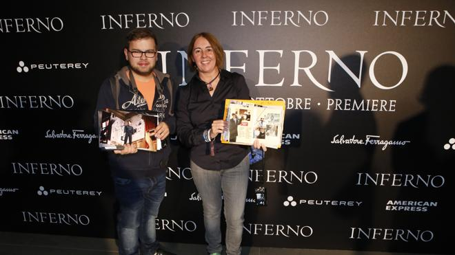 Tom Hanks firma autógrafos a dos fans españoles en la premiere de 'Inferno'