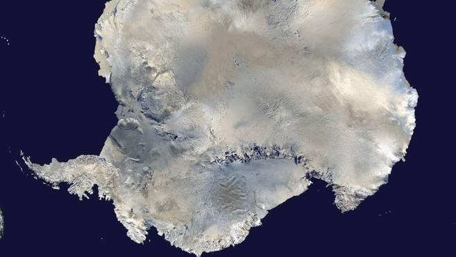 Un aviador español realiza el primer sobrevuelo pilotado de la Antartida sin paradas