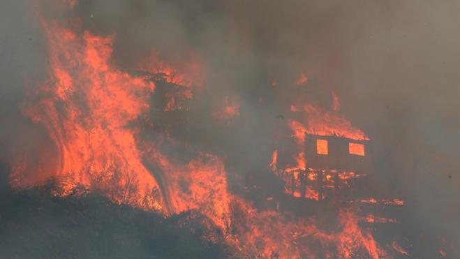 Un gigantesco incendio afecta a un centenar de casas en la ciudad chilena de Valparaíso