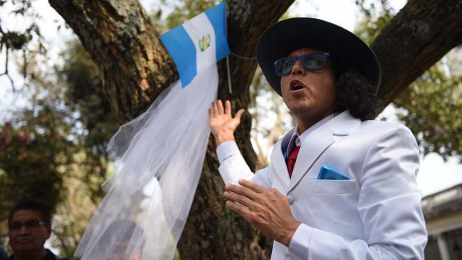 Un actor peruano se casa con un árbol en Guatemala