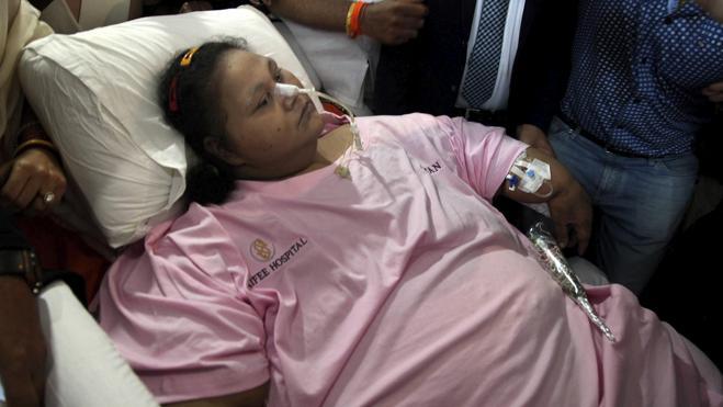 La mujer egipcia operada en la India vuelve a casa con 300 kilos menos