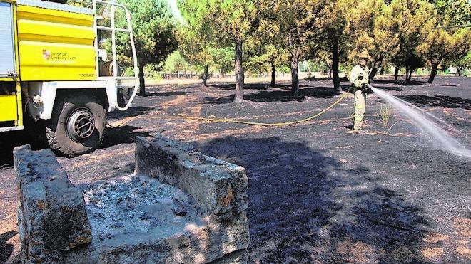 Una barbacoa provoca un fuego que calcina 0,8 hectáreas en Guijuelo