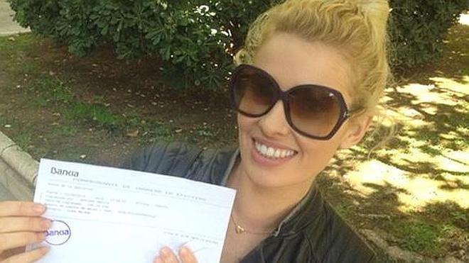 La presentadora Adriana Abenia no se moja pero dona 100 euros para la ELA