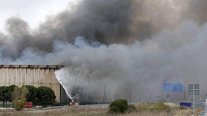 La nube tóxica generada tras el incendio de Campofrío en Burgos obliga a evacuar a 400 personas