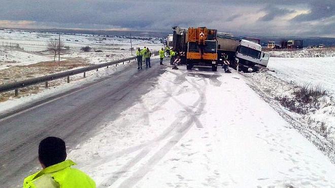 Múltiples salidas de la vía por la nieve y el hielo en las carreteras de Segovia, pero sin heridos