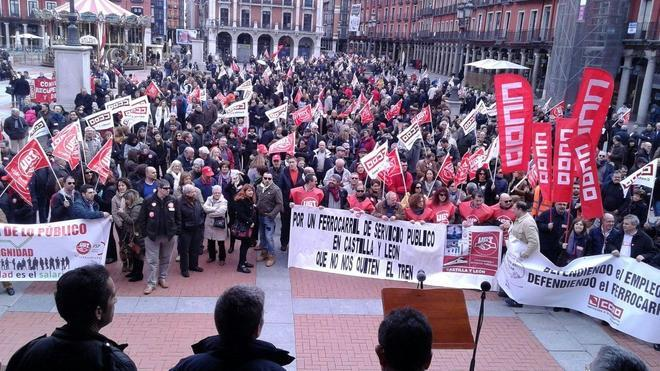 Miles de personas claman contra los recortes salariales en Castilla y León