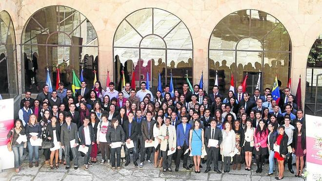 La Universidad y el Banco Santander entregan 155 becas internacionales