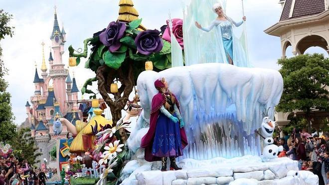 Una ola de frío congela Disneyland París en pleno verano con la llegada de Frozen