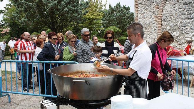 La caldereta de la Fiesta del Postiguillo reúne en Cuéllar a más de un centenar de personas