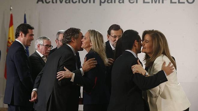 Los españoles, los que más besan en el trabajo