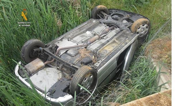 Rescatan a un conductor atrapado en su vehículo semihundido en un arroyo