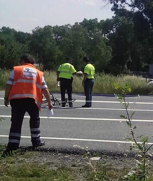Guardia Civil y personal sanitario en el lugar del accidente. /