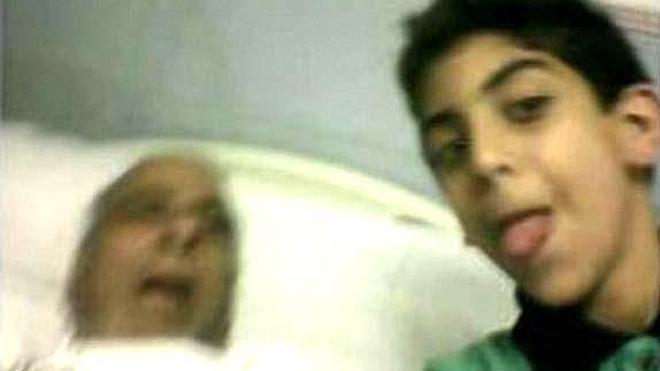 Un niño se hace un selfie con su abuelo recién fallecido