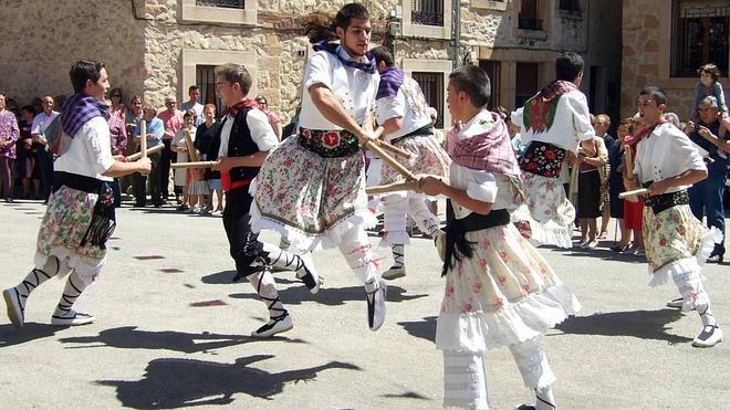 Un libro recupera la tradición de los danzantes de enagüillas