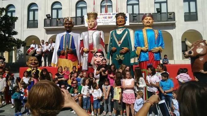 Íscar festeja a San Miguel con gigantes y un concurso de bebedores de porrón