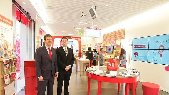 bd4923fd667 Miguel García y Javier Segura, en el interior de la nueva tienda de  Salamanca.