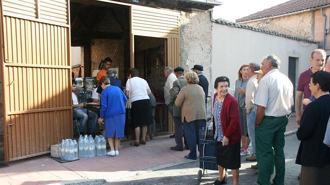 Los vecinos de Lastras de Cuéllar brindan ya con agua del grifo
