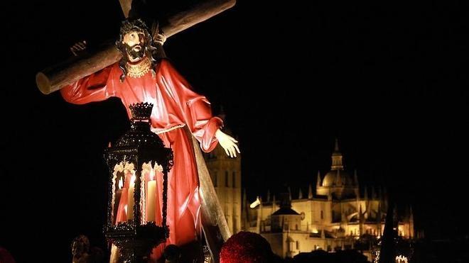 El Vía Crucis de los Maristas abarrota el trayecto entre extramuros y la Plaza Mayor de Segovia