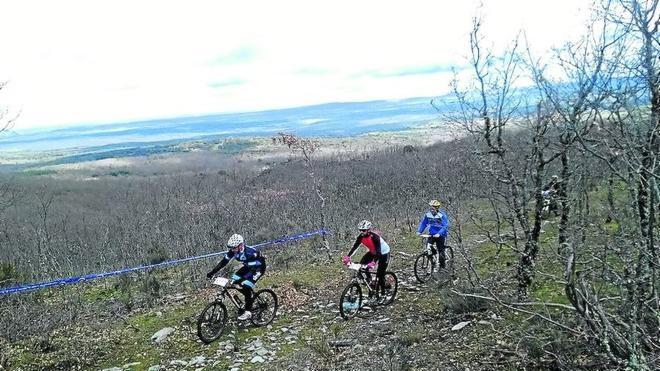 Casi un centenar de ciclistas participan en una prueba de orientación en Escurial de la Sierra